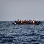 Kiköthetett a menekülteket szállító hajó, de senki nem léphet róla Olaszországba