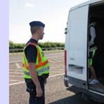 Embertelen: Száz menekültet zsúfoltak be egy kis teherautóba