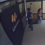A legutolsó pillanatban kapta el az anya az emeletről kizuhanó gyerekét
