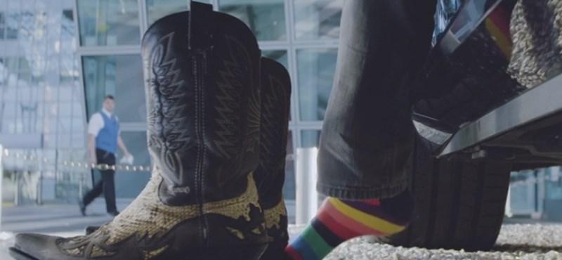 A kislánytól a színes zoknis rockerig: Teszten az Audi A8 talpmasszázsa