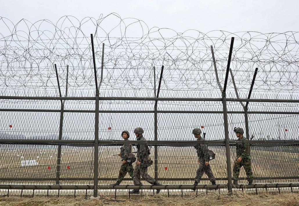 "Észak-Korea háborúra készül - South Korean soldiers patrol along a military fence near the demilitarized zone (DMZ) dividing the two Koreas in the border city of Paju on April 5, 2013. The United States said it was taking ""all necessary precautions"" after"