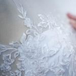 Kerekesszékes próbababát állítottak egy brit esküvői ruhaszalon kirakatába