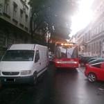 Fotó: Pofátlanul parkoló autó miatt kellett pótlóbuszokat indítani Budapesten