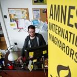 Stop Soros: óriási piros szívet állít fel az Amnesty a Kossuth téren
