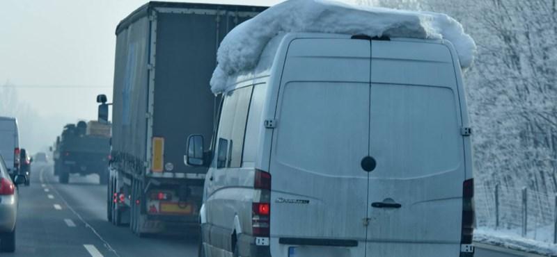Megjelentek a jégsapkás, balesetveszélyes autók az utakon – fotó