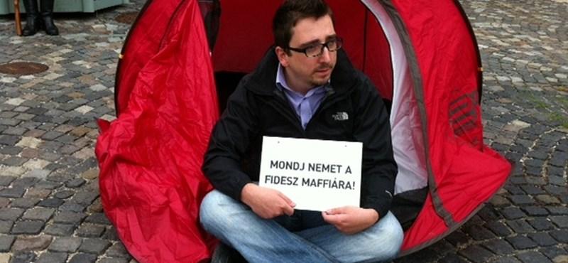 12-en a Sándor-palota ellen: PM-akció Áder hivatalánál