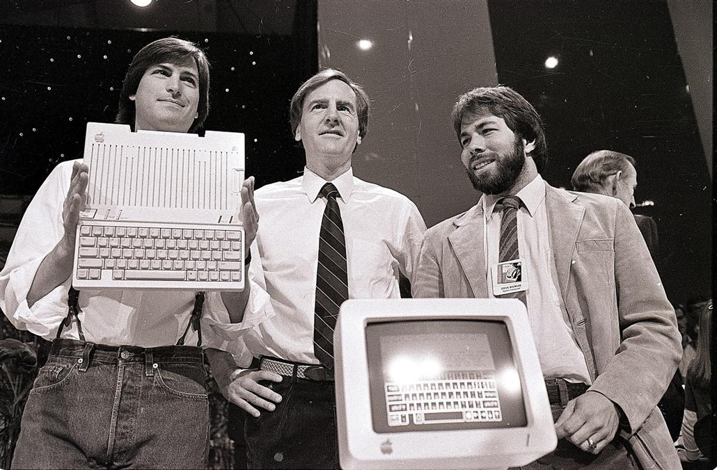 1984. április 24. - Jobs, az Apple Computers elnöke, John Sculley, elnök-vezérigazgató és Steve Wozniak, társ-alapítója az Apple, mutatja be az új Apple IIc számítógép San Franciscoban - Steve Jobs évforduló -nagyítás
