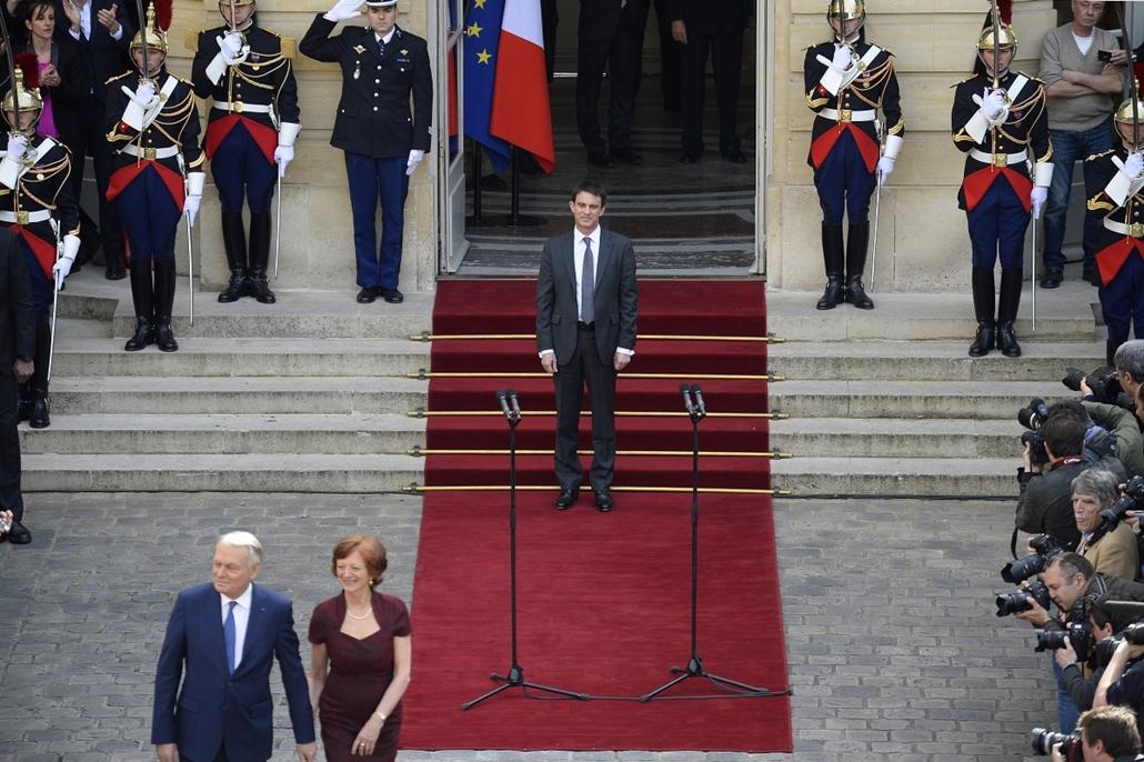 afp.14.04.01. - Párizs, Franciaország: Jean-Marc Ayrault leköszönő miniszterelnök feleségével, Brigittel az új miniszterelnök, Manuel Valls beiktatási ceremóniáján.