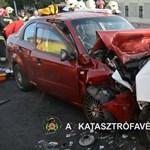Videó: Csúnyán egymásba épült a két kocsi az Üllői úti balesetben