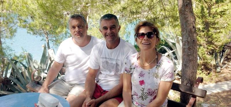 Kiderült, ki ül Orbánék között a nyaralási fotón