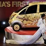 Fotó: bemutatta arannyal díszített miniautóját a Tata