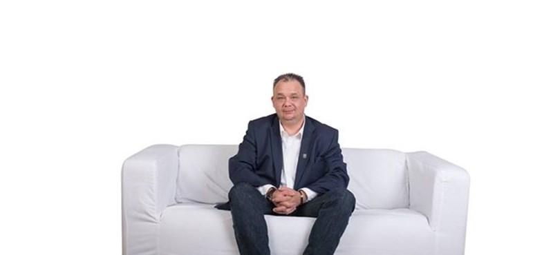 Fotók: Lelkesen koppintják Orbán kanapés trükkjét