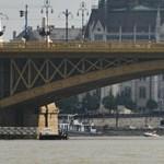Hídlezárásokkal érkezett meg a Clark Ádám úszódaru a baleset helyszínére – hírek percről percre