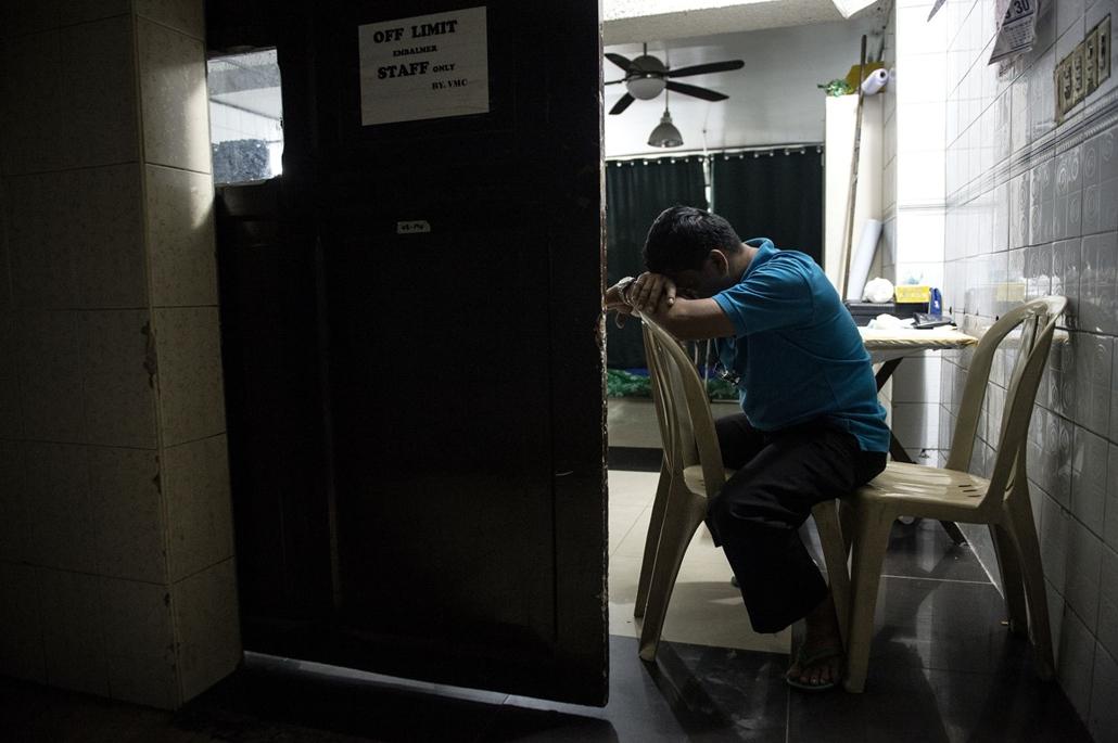 afp.16.12.02. Orlando Cadiente, egy manilai hullaház dolgozója alszik egy széken. A júliustól egyre több áldozatot követelő drogháború következtében elviselhetetlenül sok a munkája.