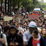 Tovább tüntetnek a francia középiskolások a diákok kitoloncolása miatt