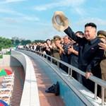 Fotó: Vígan integet az aquaparkban Kim Dzsongun és újdonsült neje