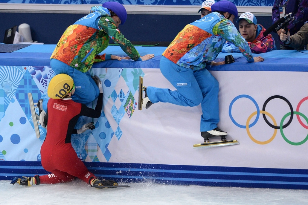 afp. Szocsi 2014 nagyítás - China's Fan Kexin falls as she competes in the Women's Short Track 500 m Semifinals at the Iceberg Skating Palace during 2014 the Sochi Winter Olympics on February 13, 2014.