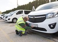 Több mint 300 autó adásvételi papírjával trükköztek csalók