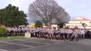 Hihetetlen pillanat: egy egész iskola kezdett táncba a tanár tiszteletére