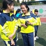 Új ötlet Kínában: nyomkövetővel szerelt egyenruhát adnak a kisiskolásokra, így mindenki bejár