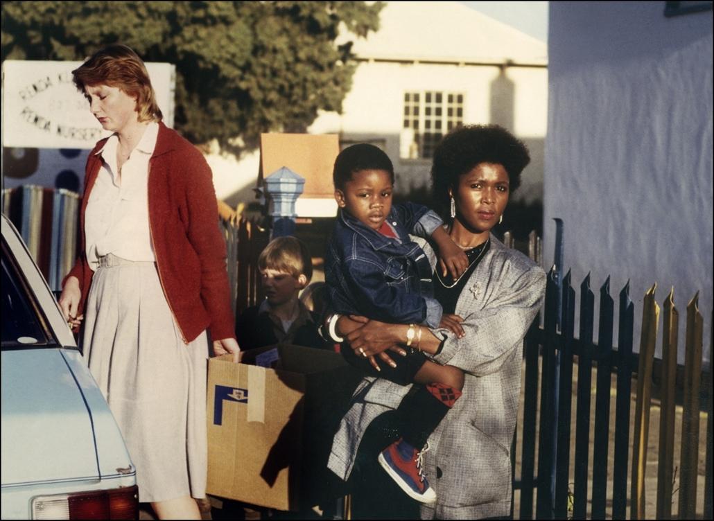 afp.1986. - A hároméves Andrew Leeuw és édesanyja azon óvoda előtt, ahonnan Andrew-t kizárták, mert túl sötét volt a bőre 1986-ban - Apartheid nagyítás