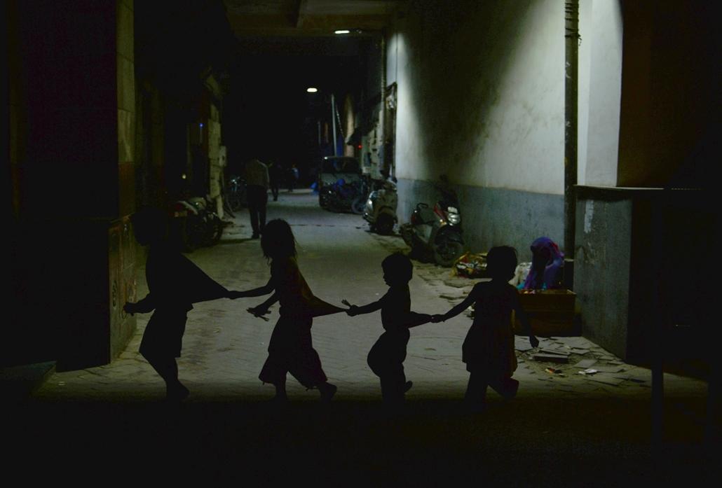 afp.15.02.26. - Újdelhi, India: gyermekek egy sikátorban - 7képei
