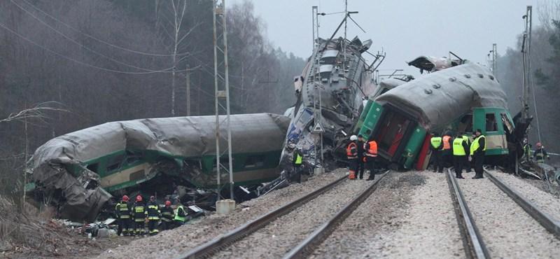 Frontálisan ütközött két vonat Lengyelországban, sok a halott