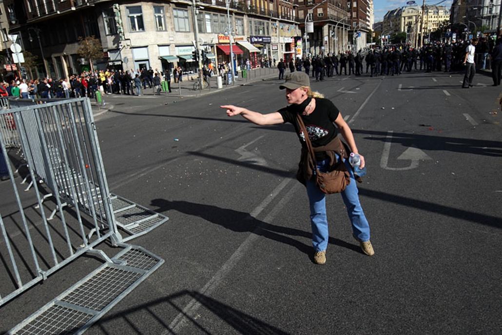 ...tüntető a Deák téren.