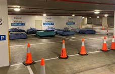 Éjjel hajléktalanok használhatnak egy ausztrál parkolóházat