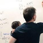 Gyerekével a karján tartotta meg az előadását a fizikaprofesszor