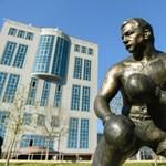 Így néz ki az új Papp László-szobor a XII. kerületben – fotó