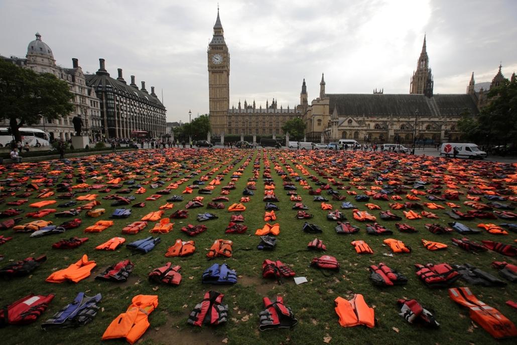 afp.16.09.19. - London, Egyesült Királyság: Mentőmellények a londoni Parliament Square-en. - bevándorló, bevándorlás, migráns, bevándorló, bevándorlás, 7képei