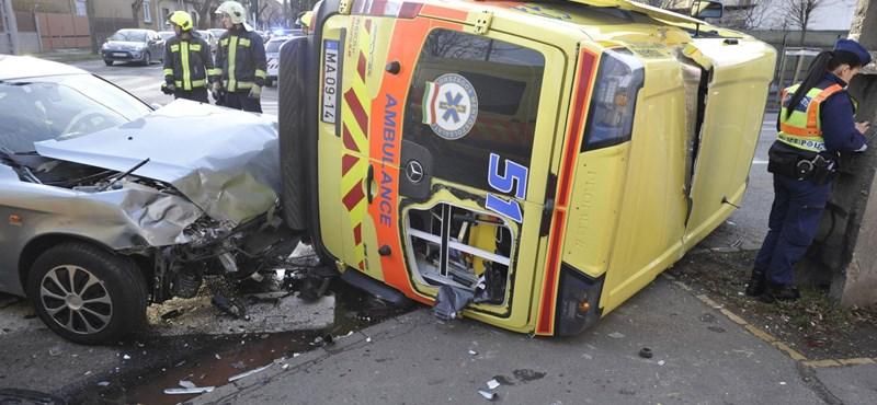 Képek a XX. kerületben felborult mentőautóról