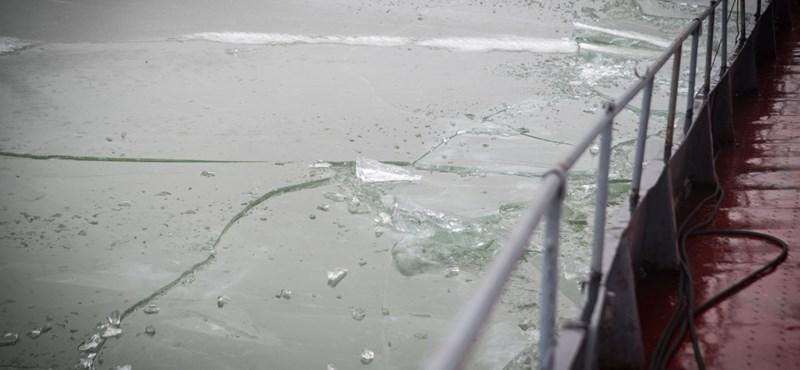 Rendőrök mentettek ki egy férfit a jeges Dunából Komáromnál