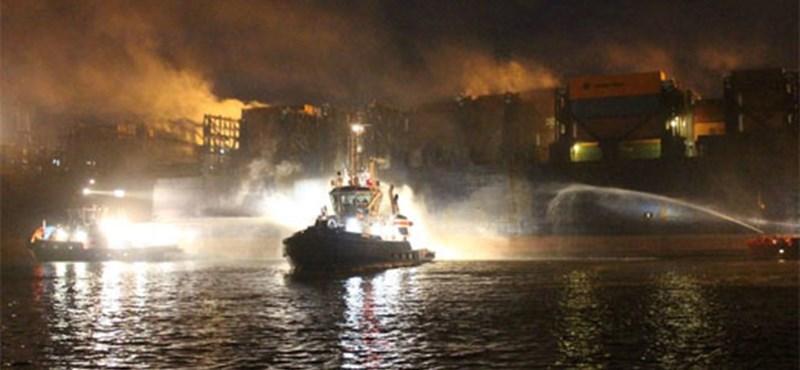12 új autó égett el egy hajótűzben