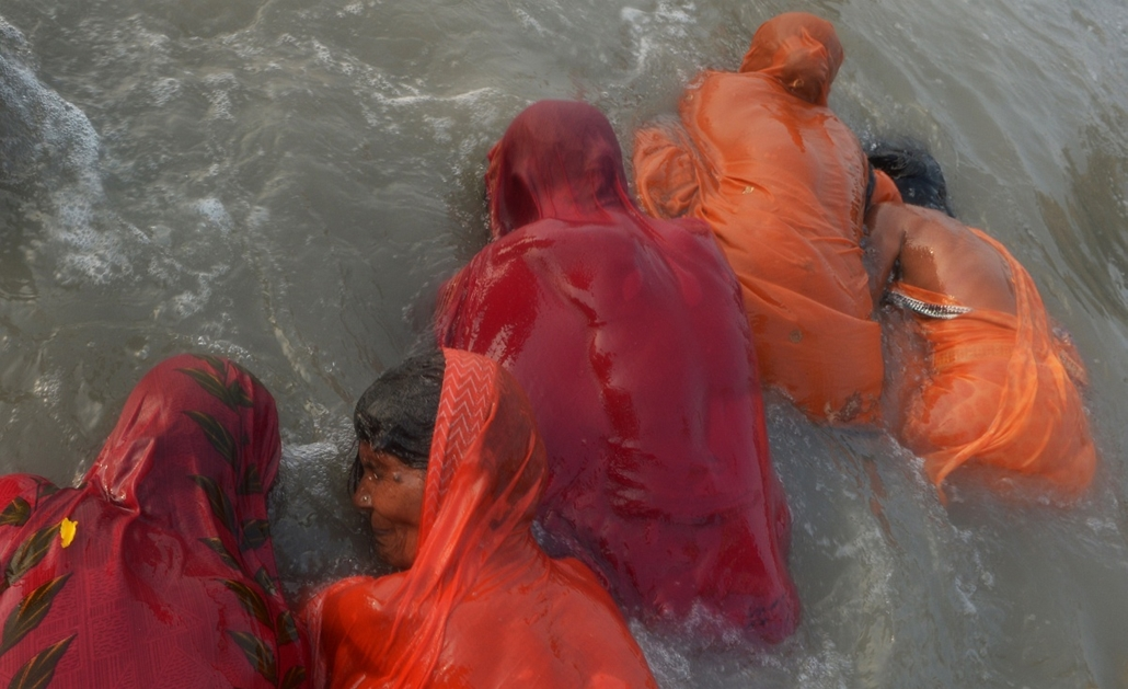 afp. 0113-019 - hét képei - 2014.01.14. India, Gangasagar, hindu zarándok, rituális fürdő