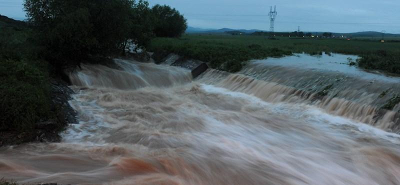 Brutális videó: áradás után hegyomlás temeti be a falut
