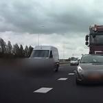 Érthetetlen, mit művelt az Opel sofőrje a kamion előtt – videó