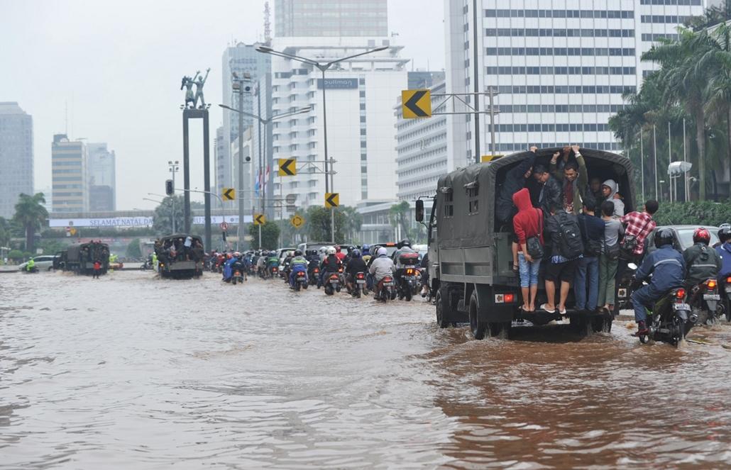 Árvíz Indonéziában - A felhőszakadások miatt keletkezett árvíz az indonéz főváros egy részén, így a kormányzati negyedben is teljesen megbénította az életet. Az ország történetének egyik legsúlyosabb árvízében tizenegyen életüket vesztették és 18 ezren vá