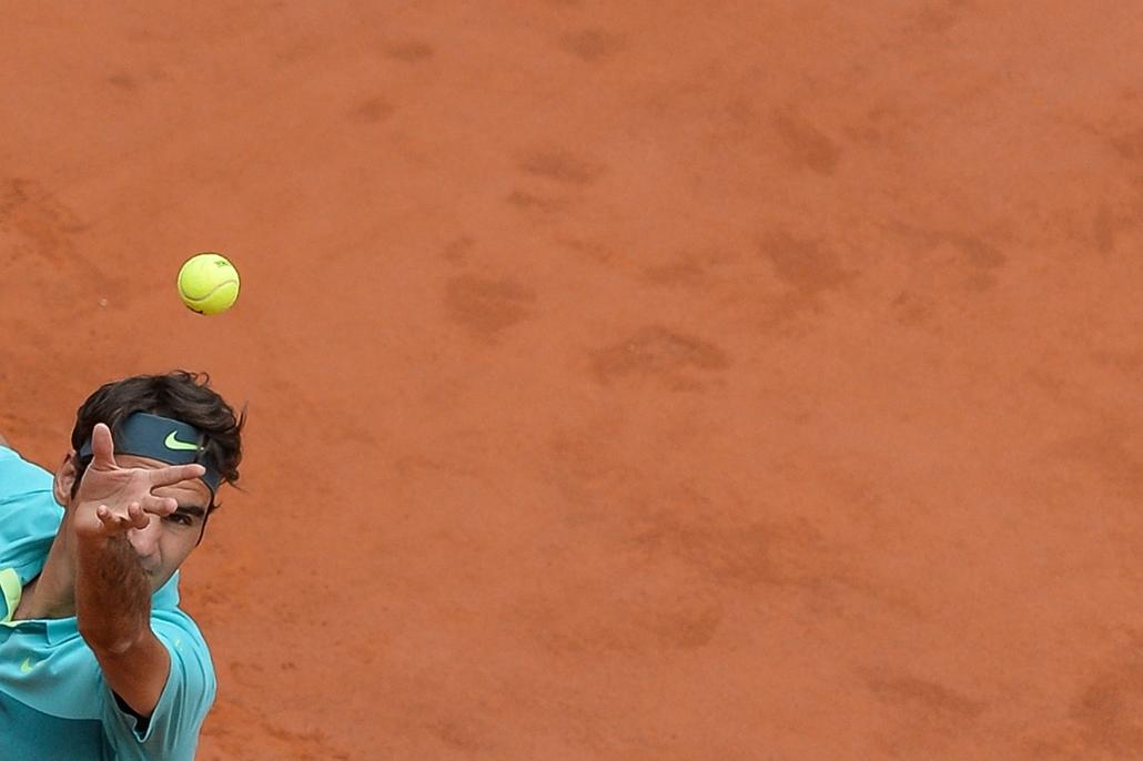 afp.15.05.15. - Róma, Olaszország: a svájci Roger Federer szervája a cseh Tomas Berdychnek ATP Tennis Open