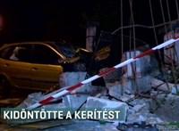 Kidöntötte egy társasház kerítését egy belerohanó autó Budapesten - videó