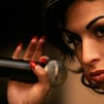 Elárverezik Amy Winehouse Back to Blackes ruháját