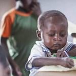 Ez az afrikai kisfiú tudtán kívül rengeteg pénzt gyűjtött falujának