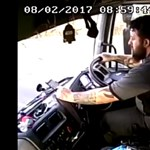Itt egy újabb videó arról, miért veszélyes vezetés közben a telefonunkkal foglalkozni