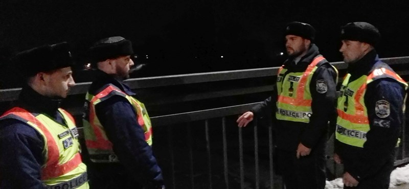 Le akart ugrani egy férfi este a szolnoki Tisza-hídról