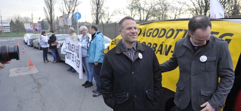 Juhász szerint Orbánnak akarnak olcsó földet venni, a helyszínen tüntetnek – fotók, videó