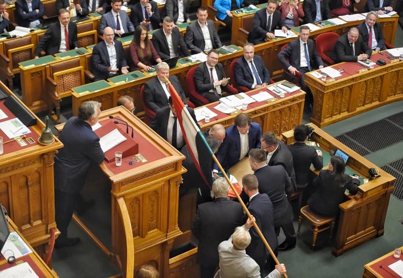 Botrány a Parlamentben: Orbán, Hadházy és Gyurcsány a főszerepekben