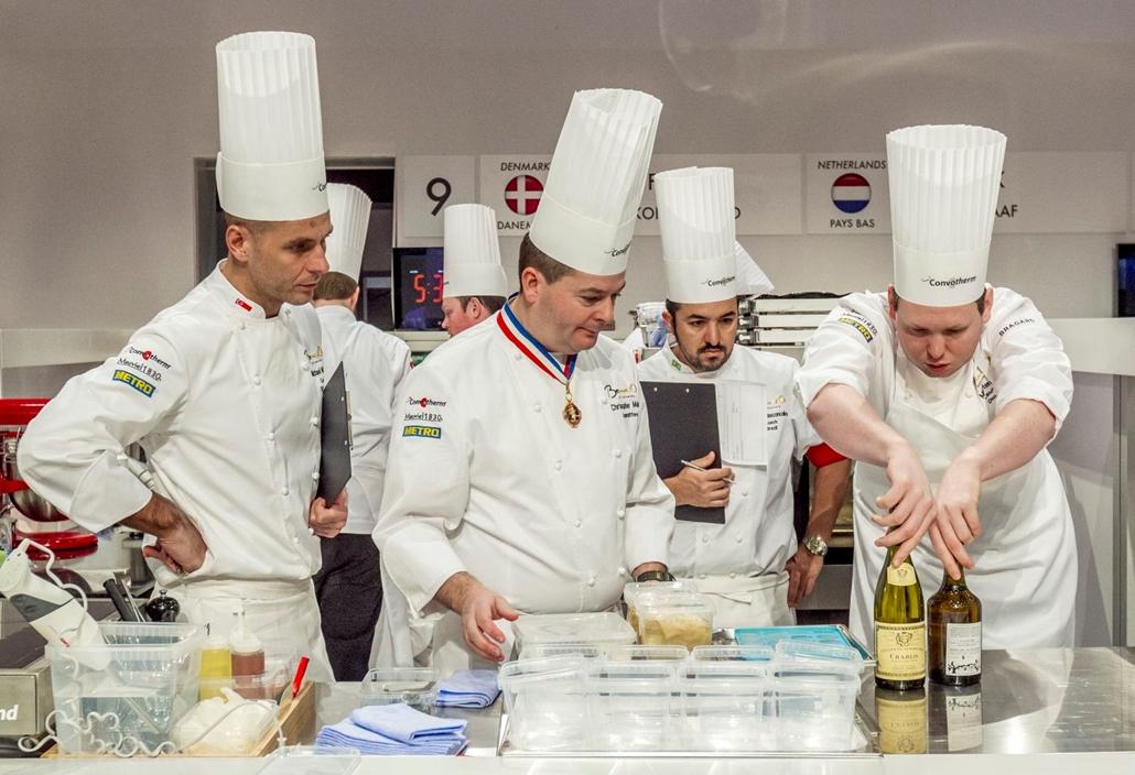 mti.17.01.24. A dán csapatot ellenőrzi a konyhazsűri a kezdés előtt a Bocuse d'Or nemzetközi szakácsverseny lyoni világdöntőjén, a SIRHA nemzetközi vendéglátó-, szálloda- és élelmiszeripari kiállításon 2017. január 24-én.