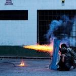 Megvan a venezuelai összecsapások szimbóluma és ikonja: a könnygázfelhőben hegedülő tüntető