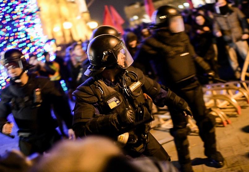 A rendőrök kinyomták a Kossuth térről a tüntetőket, egy kemény mag gyújtogatni kezdett - ÉLŐ